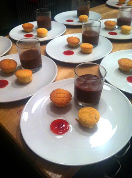 Table d'hôtes, dessert, trilogie: mousse au chocolat de Pierre Hermé, financier amande et mini cake à la coco l'escarboucle maison d'hotes à bligny sur ouche cote d'or bourgogne à proximité de Beaune