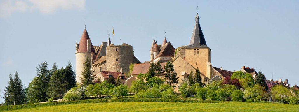 vue sur la forteresse de Chateauneuf en auxoix l'escarboucle maison d'hotes à bligny sur ouche cote d'or bourgogne à proximité de Beaune