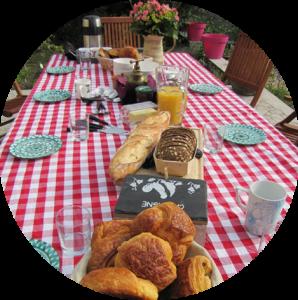 petit dejeune sur terrasse de l'escarboucle chambre d'hotes