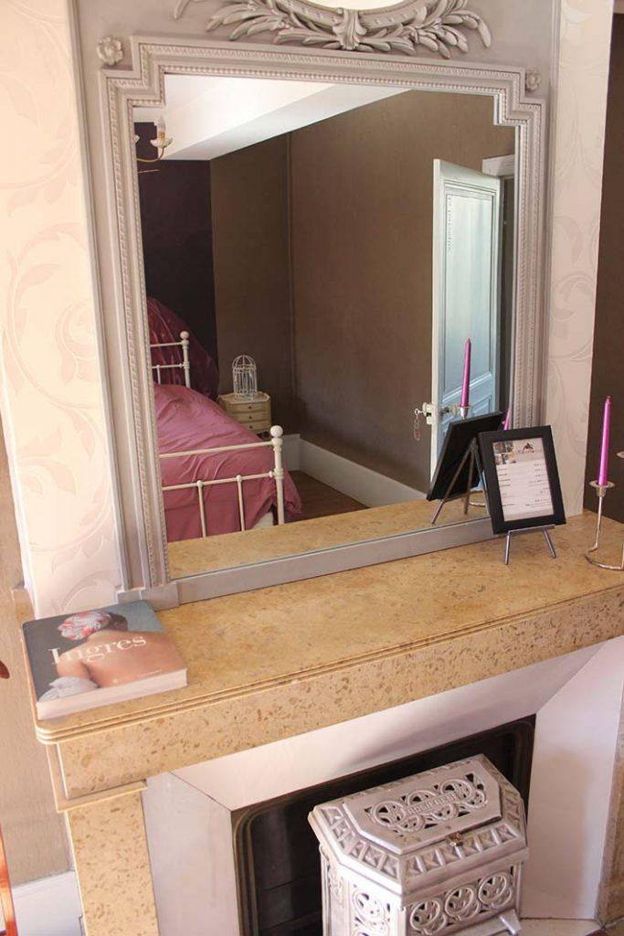 miroir de la chambre la baroque livre ingres table d'hotes B&B chambres hotel escarboucle maison d' hotes bligny sur ouche côte d or bourgogne gîte hébergement proche de à côté à proximité de Beaune designed by emmanuel bertomeu infographiste molsheim alsace strasbourg bas rhin grand est