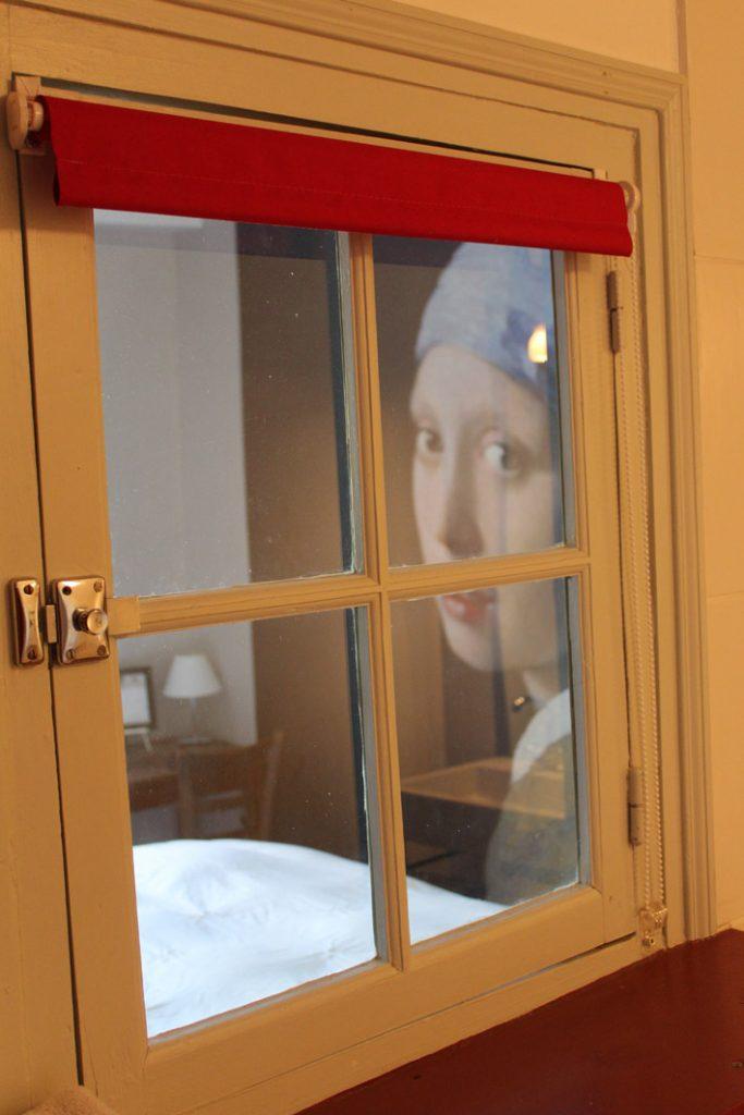 fenetre de la salle de bain la dormeuse jeune fille a la perle vermeer table d'hotes B&B chambres hotel escarboucle maison d' hotes bligny sur ouche côte d or bourgogne gîte hébergement proche de à côté à proximité de Beaune designed by emmanuel bertomeu infographiste molsheim alsace strasbourg bas rhin grand est